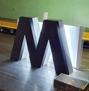 Leuchtbuchstaben mit Logo